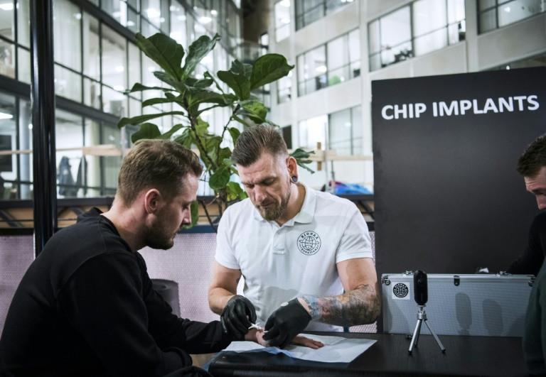 Шведы массово вшивают в руки NFC-чипы