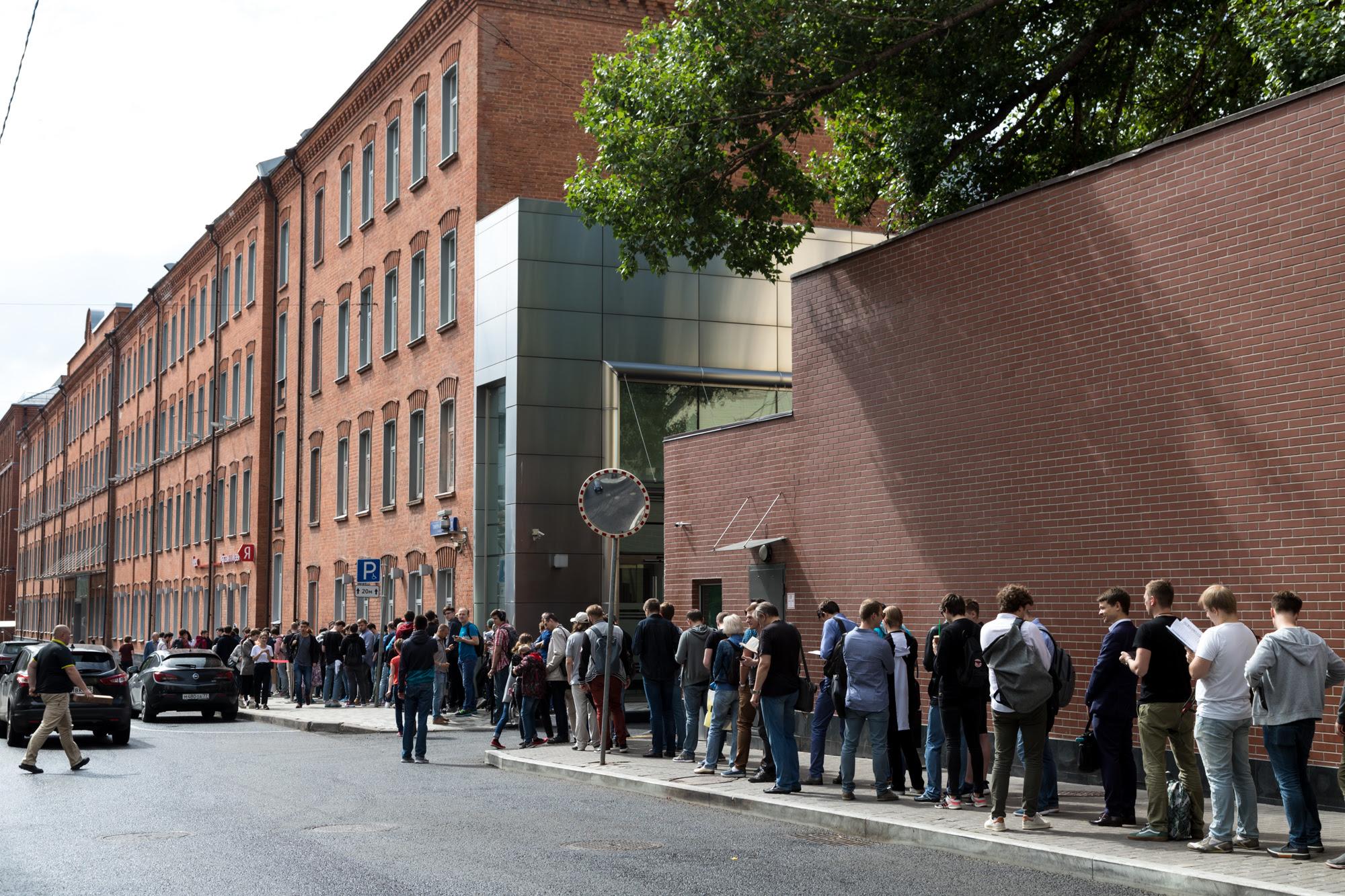 Очередь к магазину и музею Яндекса в день старта продаж Яндекс.Станции