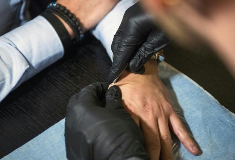 Имплантация NFC-чипа в руку