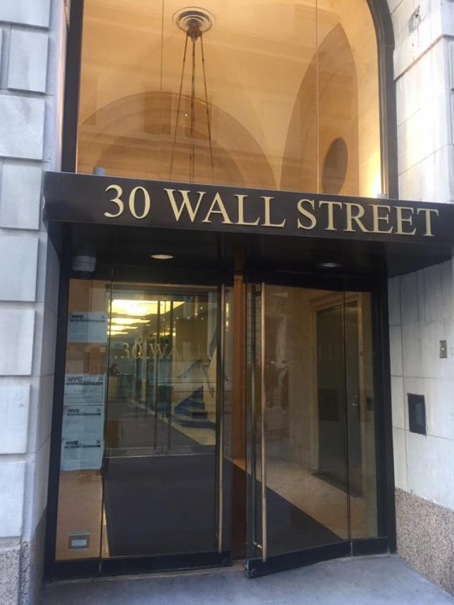 Вход в наше офисное здание, напротив Нью-Йоркская фондовая биржа